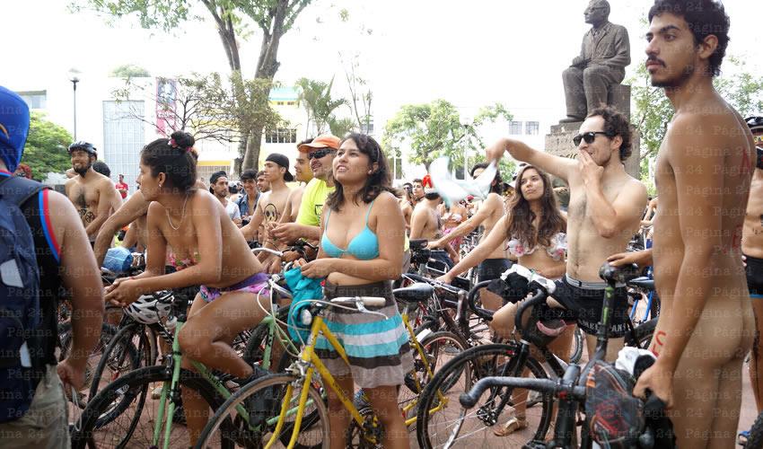 Un contingente de mil ciclistas se reunió en el Parque José Clemente Orozco por la avenida Vallarta, casi en la zona de la Minerva, donde se empezaron a quitar la ropa hasta quedar en prendas interiores, o desnudos/Fotos: Francisco Tapia