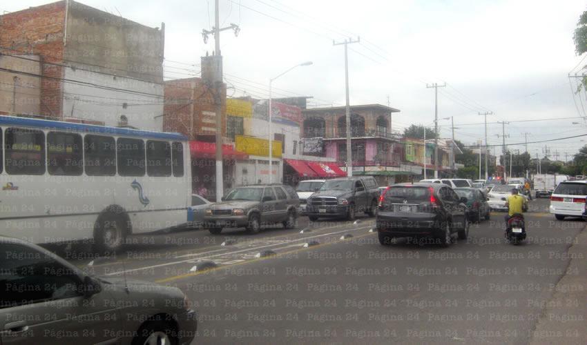 La tan presumida ciclopista de Zapopan en la zona de Santa Margarita, no sólo agudiza los congestionamientos viales, sino que ha provocado inundaciones al interior de las viviendas de la avenida, por el agua de lluvia que antes era contenida por el camellón y los árboles que taló el municipio/Fotos: Javier Espinosa Valdespino
