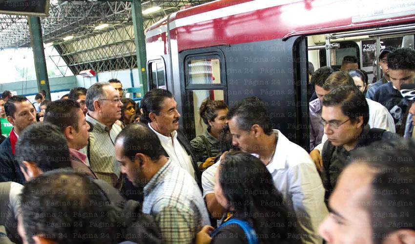El presidente municipal de Guadalajara sufrió en carne propia las vicisitudes que la mayoría de los ciudadanos viven todos los días en el tren ligero; es casi seguro que no vuelva a hacer uso del servicio en mucho tiempo/Fotos: Francisco Tapia