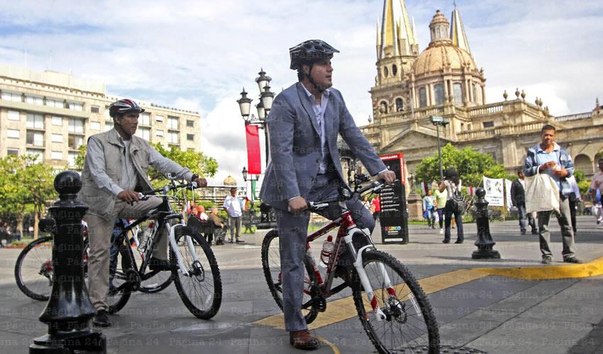 Los colectivos de ciclistas son cautos respecto de las falsas promesas del hoy gobernador Aristóteles Sandoval, quien prometió en campaña a inundar de ciclovías la Zona Metropolitana de Guadalajara; al momento, el mandatario sólo usa la bicicleta para la foto del Día Mundial sin Auto/Foto: Cuartoscuro