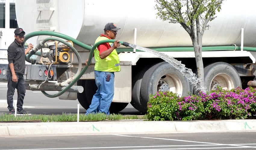 Abastece Municipio Riego de Áreas Verdes Comunitarias con Agua Tratada