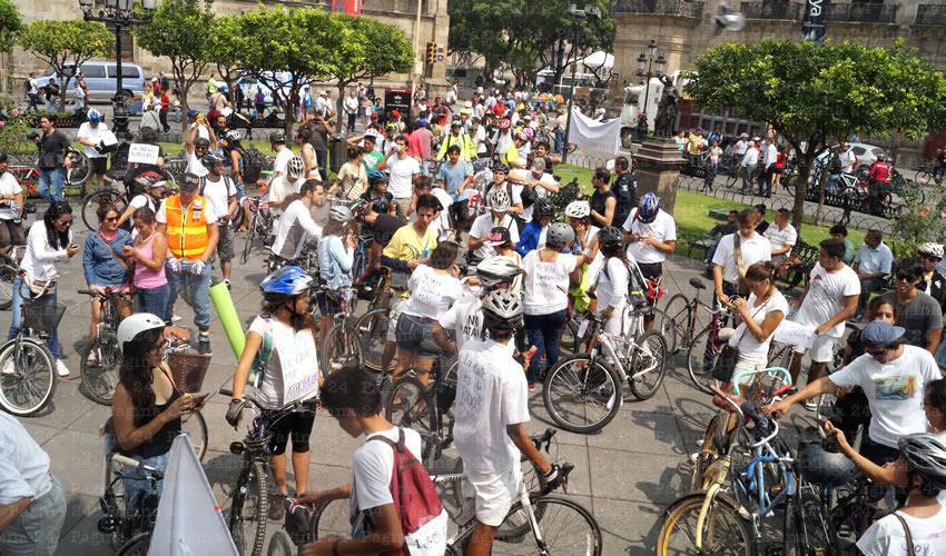 Cientos de usuarios de la bicicleta como medio de transporte tomaron avenida Alcalde para llegar a la Plaza de Armas, donde se congregaron para exigir al gobernador cumpla su palabra de renovar las ciclovías existentes y crear más, entre otras demandas/Fotos: Francisco Tapia