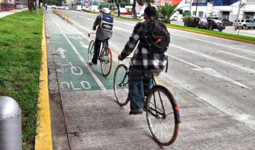 Hay tramos de la avenida donde coches se pegan más hacia la banqueta y arrancan los protectores de seguridad de la ciclovía; en el tramo bicicletero se puede constatar que los accidentes entre vehículos dejan su huella sobre protección y señalética/Foto: Cortesía