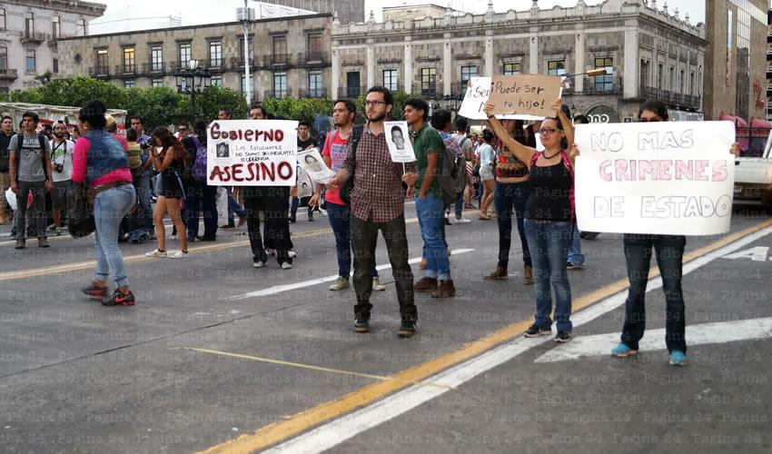 """""""Basta de crímenes de estado"""", """"No más narcogobierno"""", gritaron miles de ciudadanos en solidaridad con los crímenes ocurridos en Iguala; los manifestantesr partieron con pancartas desde la glorieta La Normal hasta la Plaza de Armas/Fotos: Francisco Tapia"""