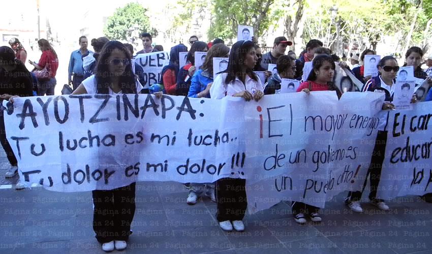 Hacen Plantón Normalistas Frente a Palacio de Gobierno