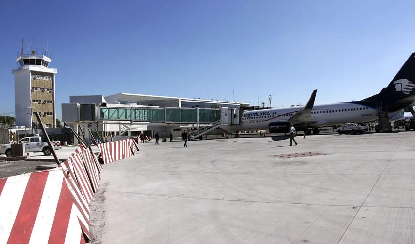 Personal del Aeropuerto de Guadalajara, ha sido capacitado para detectar oportunamente la enfermedad que ha cobrado cientos de vidas alrededor del mundo/Foto: Cuartoscuro