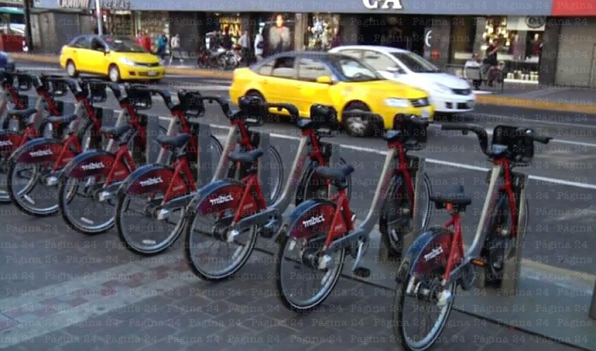 """Mal planeada, con poca socialización y de difícil acceso para cualquier usuario, el Programa MiBici inicia operaciones hoy, en medio del escepticismo de automovilistas, ciclistas y peatones, quienes tiene que """"esquivarse"""" unos a otros para poder transitar por avenidas principales de la ciudad/Fotos: Francisco Andalón"""