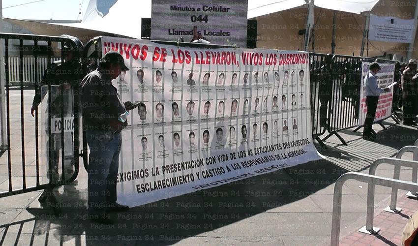 Integrantes de la Asamblea Nacional de Maestros en Jalisco pusieron una manta con los nombres de los normalistas en el cerco que había puesto la policía; con esta protesta, dijeron, buscan captar la atención de organismos internacionales de defensa de derechos humanos/Foto: Rafael Hernández Guízar
