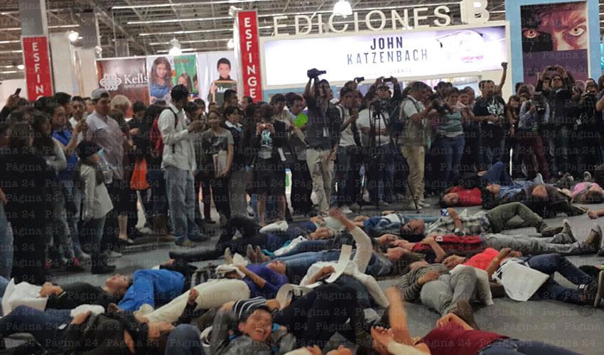 Como parte de la manifestación, 43 personas se tiraron al suelo, representando a los normalistas desaparecidos por la policía municipal de Iguala y entregados a los narcos/Foto: Especial