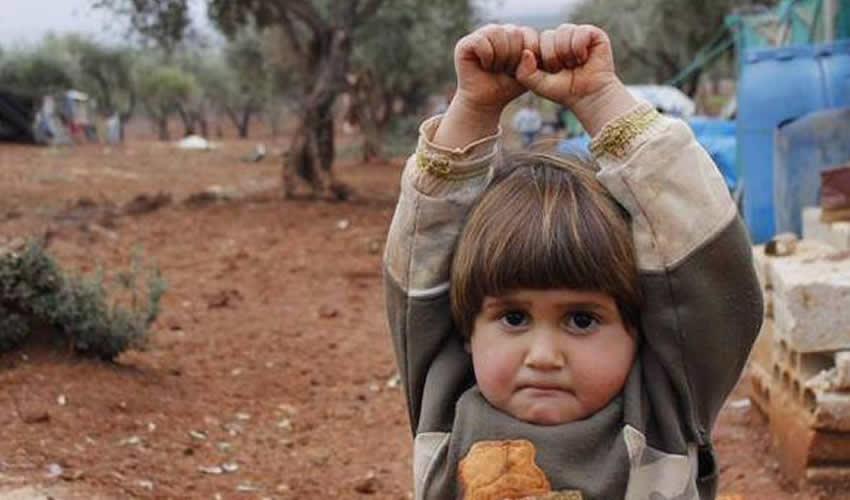 Niña se Rinde Ante Cámara en Siria