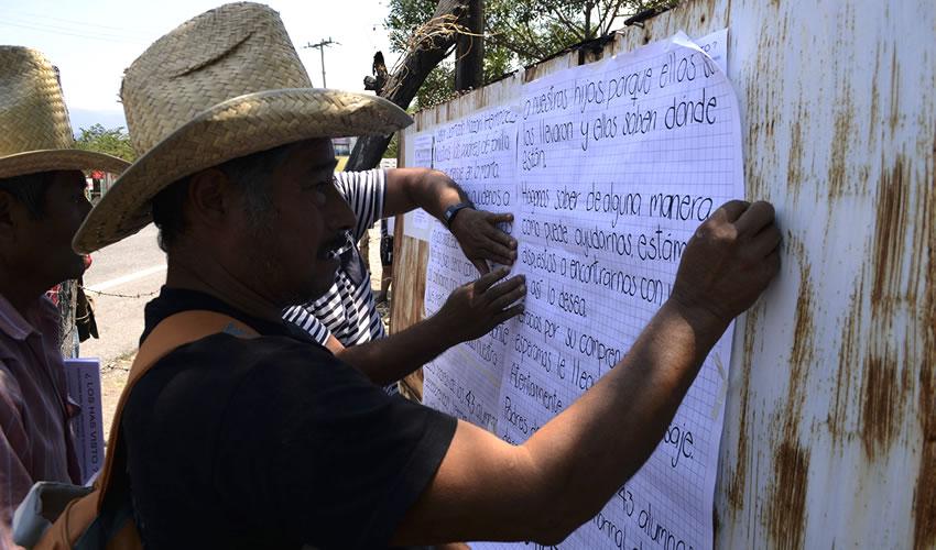 """Padres de los 43 Piden Ayuda a Líder de """"Los Rojos"""" Para Encontrar a sus Hijos"""