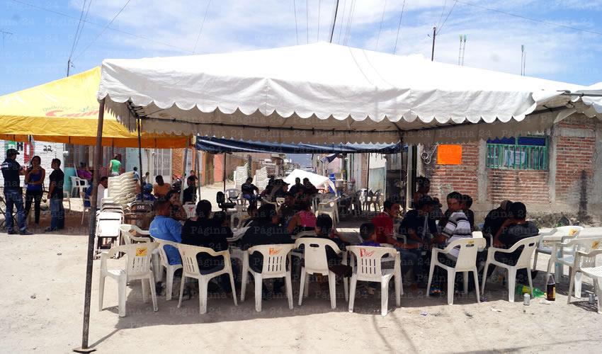 Con toldos en plena calle, familiares y amigos se reunieron la mañana de ayer para velar los asesinados en el enfrentamiento del viernes pasado/Fotos: Francisco Tapia