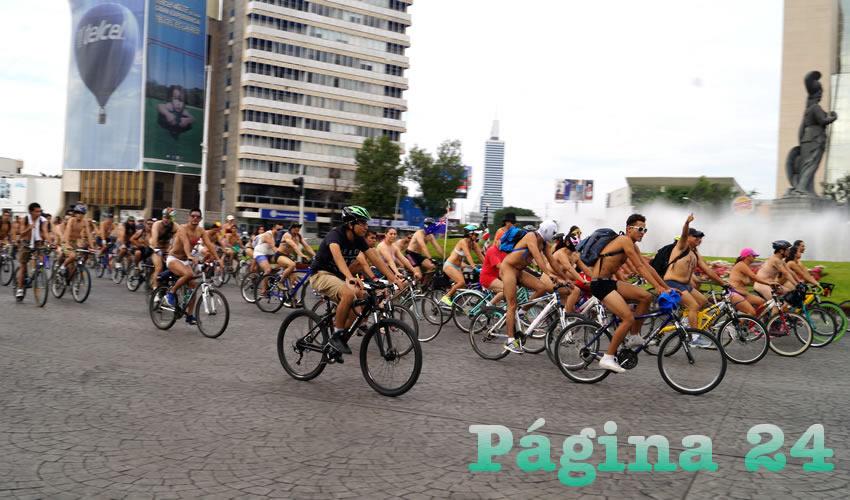 En la glorieta de la Minerva, miles de ciclistas desnudos exigieron que se respeten sus derechos como usuarios de la vialidad, ya que las leyes –y las calles– están pensadas para el automóvil; por esto, entregaron un pliego petitorio al gobierno/Fotos: Francisco Tapia