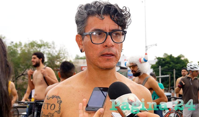 """""""Lo hacemos por una crítica por el uso excesivo de los combustibles fósiles, para hacernos más evidente a la ciudadanía, al estar desnudos y desprotegidos, mostramos a la ciudadanía el cómo venimos, los frágiles que somos"""", explicó José Luis, uno de los coordinadores del World Naked"""
