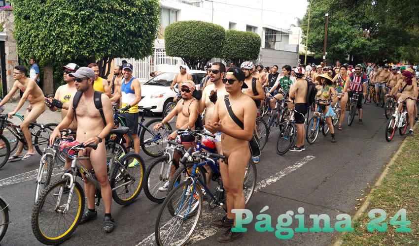Los participantes del quinto World Naked Ride en Guadalajara se fueron conglomerando por avenida Hidalgo