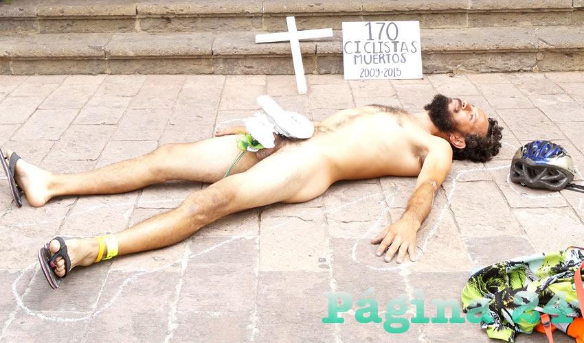 Además de entregar una petición donde exigen mejores políticas que se respete y proteja al ciclista en las calles, frente a Casa Jalisco uno de los ciclistas se tendió en el suelo y se dibujó una silueta para dar más impacto a la causa