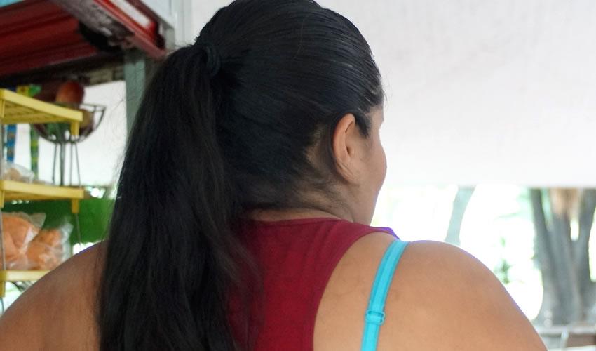 """""""Nosotras no estamos aquí por calientes ni porque nos guste, sino por necesidad"""", afirmó una sexoservidora de la Calzada Independencia que aceptó ser entrevistada, aunque de forma anónima; relató que padece de violencia: """"Prefiero pasarme del tiempo que cobro a que me golpeen""""/Foto: Francisco Tapia"""