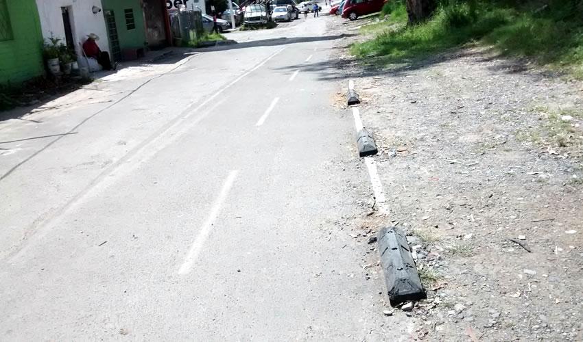 """La vía es utilizada tanto por peatones como por ciclistas como por automovilistas, quienes tienen que """"convivir"""" en un espacio supuestamente exclusivo para transitar; y ni siquiera hay banquetas que delimiten la calle"""