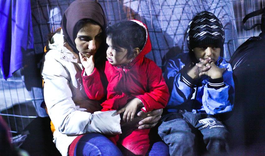 Atenas, Grecia.- Residentes, refugiados y migrantes durante una manifestación con motivo del Día Internacional de la Eliminación de la Discriminación Racial (Foto: Marios Lolos/ Xinhua)