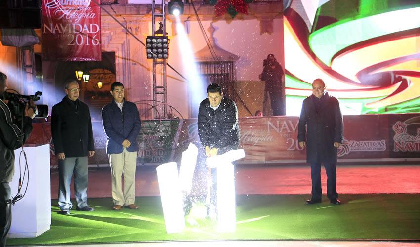 Con la cuenta regresiva y en el marco del encendido del alumbrado navideño en la Alameda y Jardín Independencia, el Gobernador Miguel Alonso Reyes inauguró la Pista de Hielo de Plaza de Armas, por sexto año consecutivo