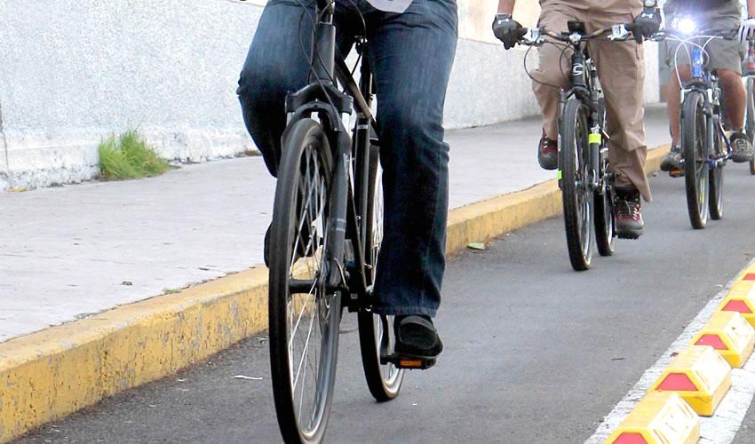 No existe una disposición que obligue a los ciclistas a portar el equipo indispensable para su protección