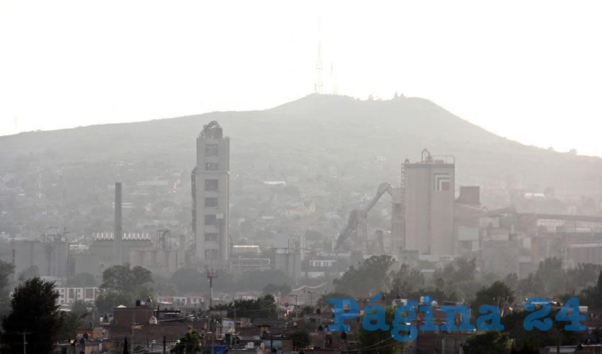 Según la versión oficial, los altos índices de contaminación ocurren en Tlajomulco en gran medida porque se encuentra rodeado por cerros y todo el aire sucio llega a las poblaciones aledañas; aunque se llamó a los demás municipios de la ZMG a tomar medidas para combatir la mala calidad del aire, al momento no han emitido respuesta/Foto: Cuartoscuro