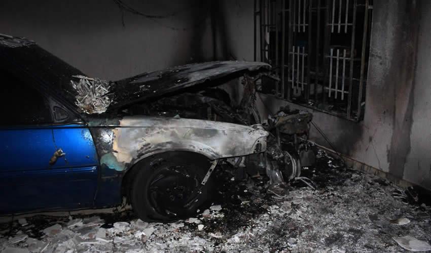 Se Incendian Auto y  Moto en una Cochera