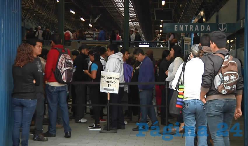 A diario, cientos de personas pierden valiosos minutos de su tiempo esperando entrar al tren ligero, en la estación Periférico Sur; debido a la enorme demanda del servicio, éste se ha vuelto insuficiente/Foto: Francisco Andalón López