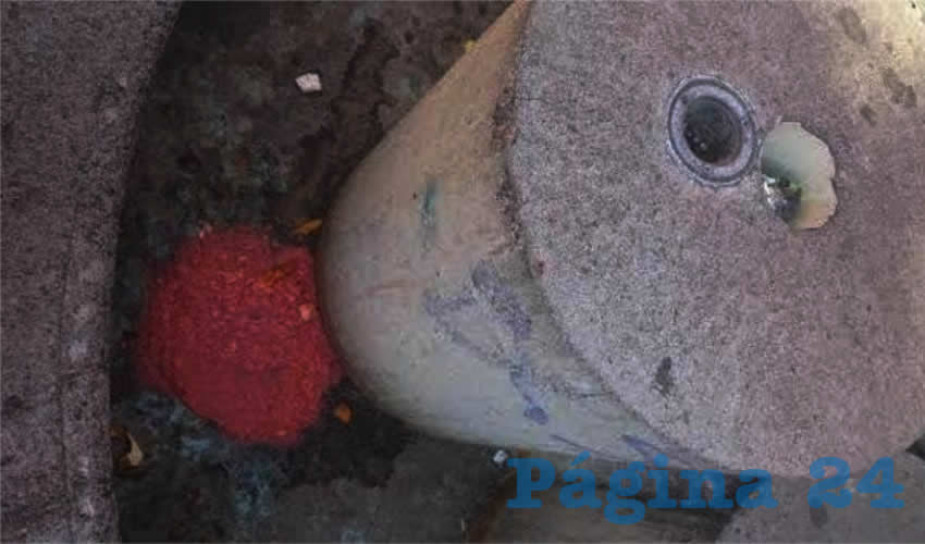 La fuente de concreto de frente al prostíbulo Punto y Coma, no solo es depósito permanente de basura y desperdicios, sino también de nauseabundas vomitadas de los borrachos clientes de esa emborrachaduría, como lo muestra la presente gráfica