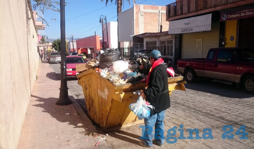 Como cada domingo acontece, los contenedores de la basura instalados en la Ruta del Artista del llamado Pueblo Mágico, lucían rebosantes de todo tipo de desperdicios e inmundicias