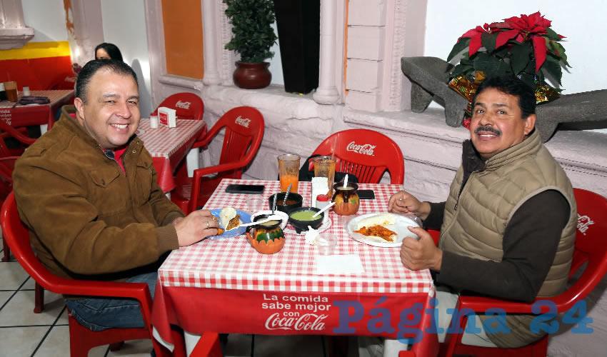 En gorditas La Merced almorzaron Sergio Lara Sánchez, director general del Inepja, e Ismael Macías Jiménez, director de Mercados, Estacionamientos y Áreas Comerciales del Municipio de Aguascalientes