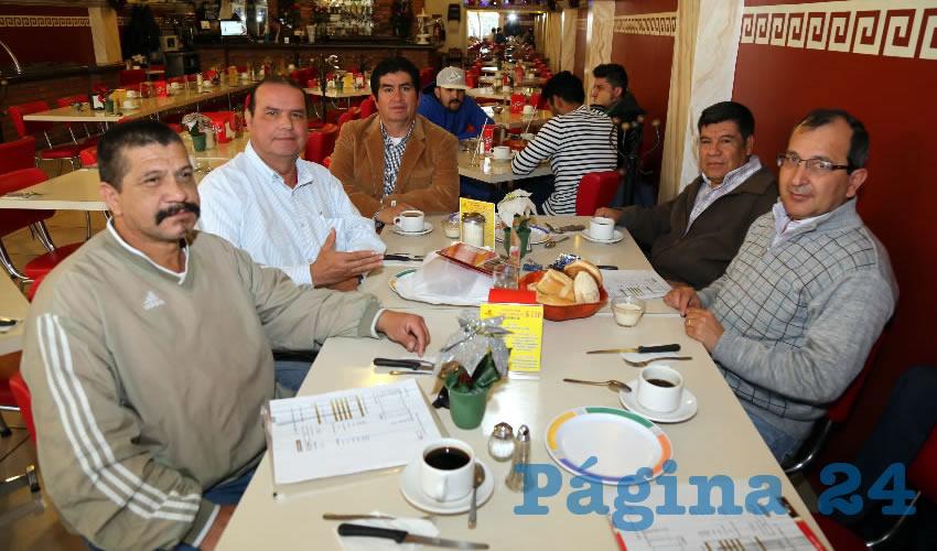 En el restaurante Mitla compartieron el pan y la sal Alberto Torres Martínez, Norberto Hermosillo Méndez, Héctor Martínez García, Elías Gutiérrez Cruz y Eliazar Cruz Barba, presidente de la Canainpa