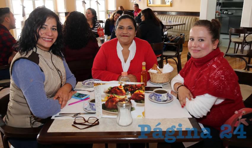 En Sanborns Francia desayunaron Julia Garnica García, Alma Mendoza Zamarripa y Alejandra Díaz Adame, empresarias