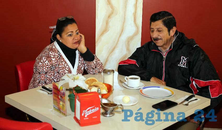 En el restaurante Mitla compartieron el pan y la sal Esther Valdez Durón, secretaria general del Sindicato Único de Limpieza, y Refugio Marín Ruiz, secretario general de la CROC