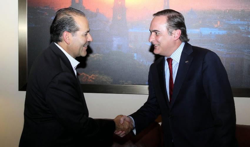 Martín Orozco Sandoval, durante el encuentro con Juan Pablo Castañón, presidente nacional del Consejo Coordinador Empresarial (CCE)