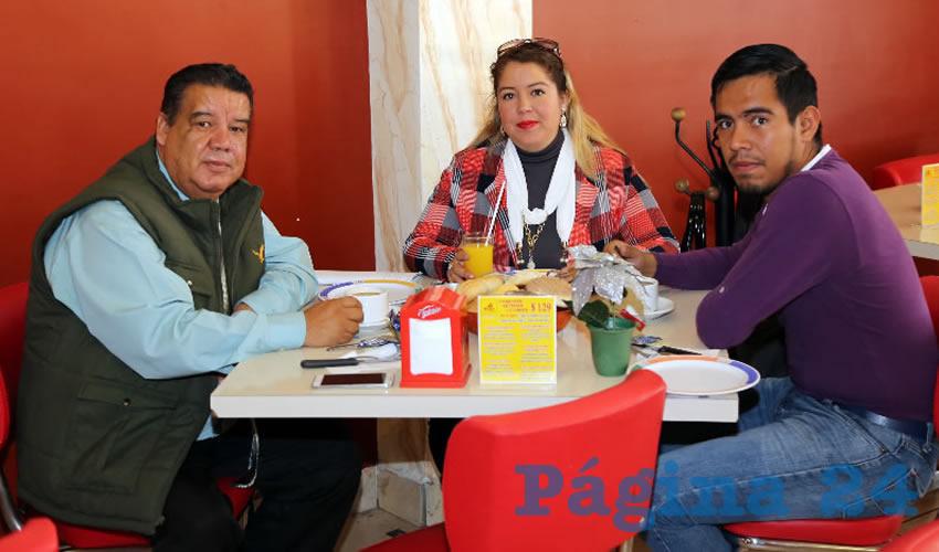 En el restaurante Mitla almorzaron Francisco Javier Flores, coordinador de Cimientos del Magisterio; Itzel Flores López y Cristián Saucedo Chávez