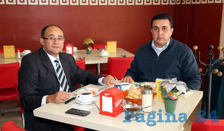 José López Gómez, abogado, y Germán Montelongo Cortez, contador público, compartieron el pan y la sal en el restaurante Mitla