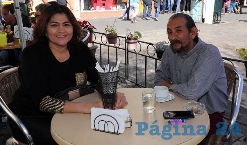 En Café Catedral departieron Nora Ruvalcaba Gámez, coordinadora estatal de representantes populares de Morena, y Ricardo Barba Parra