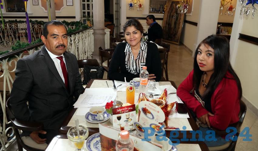Alejandro Mendoza Villalobos, diputado local; Nora Ruvalcaba Gamez, coordinadora estatal de representantes populares de Morena; e Hilahiza Mendoza Muñoz compartieron el pan y la sal en Sanborns Francia