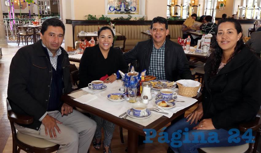 En Sanborns Francia compartieron el primer alimento del día Miguel Ángel Huizar Botello, presidente del Colegio de Ingenieros; Norma Zamora, diputada local; Marco Licón Dávila, empresario; y Erica Delgadillo
