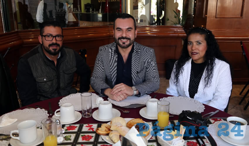 En Quality Inn almorzaron Hugo Zermeño, Eric Berthaúd Reyes, regidor del Municipio; y Alma Delia Ávila Gómez