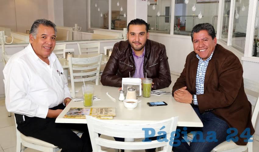 En el restaurante Del Centro desayunaron Cuitláhuac Cardona Campos, representante de Morena en el Organismo Público Local Electoral (OPLE); Aldo Ruiz Sánchez, presidente del comité directivo estatal de Morena; y David Monreal Ávila, senador de la República