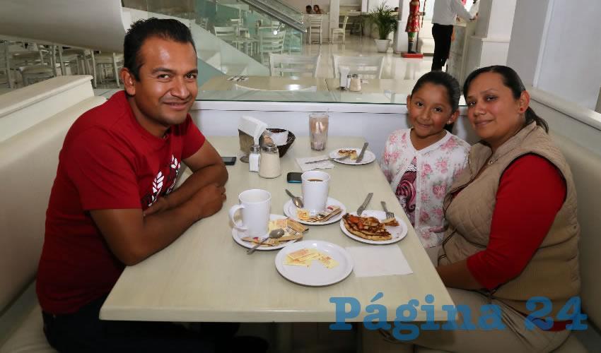 En el restaurante Del Centro almorzaron Juan Reyes, la niña Citlalli Reyes González y Raquel González Picasso