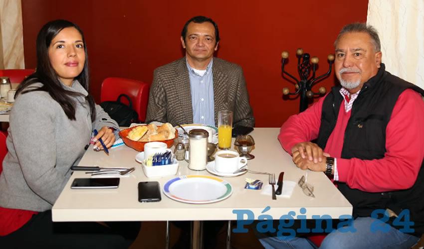 En el restaurante Mitla compartieron el primer alimento de la mañana Patricia Quiroz Rangel, directora de Asocea; Mario Rivero Cáceres, presidente de Asocea; y Pedro Gutiérrez Romo, vicepresidente del Consejo Coordinador Empresarial