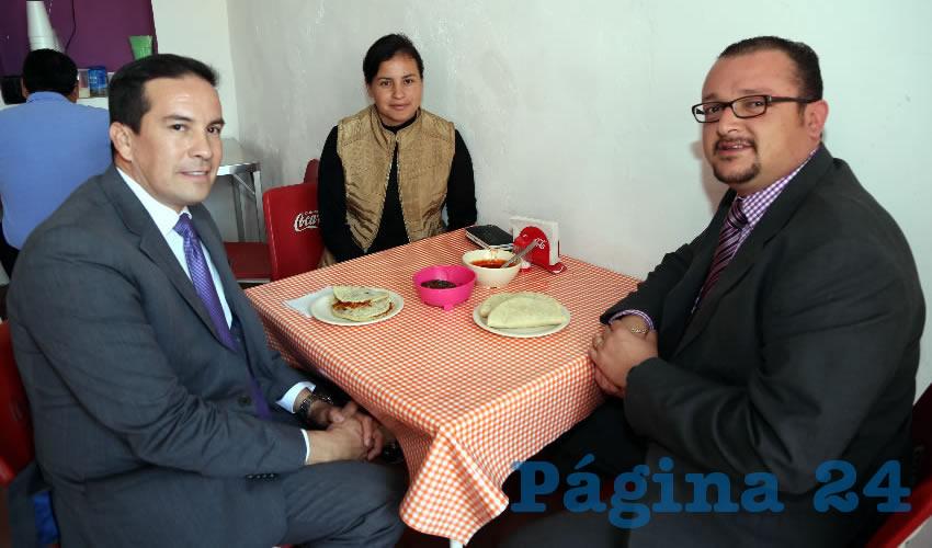 En gorditas Maravillas almorzaron Marco Arturo Reyes Delgado, exdiputado local; Valeria López Piña y Daniel Frausto Ávila