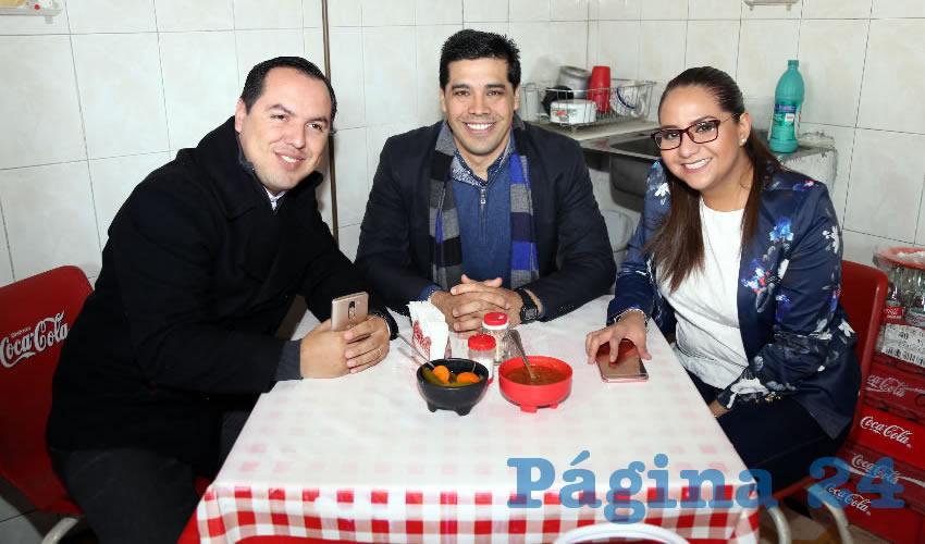 En Lonchería el Mono desayunaron Jaime Beltrán Martínez, Leonardo Montañez Castro y Mónica Díaz Aranda