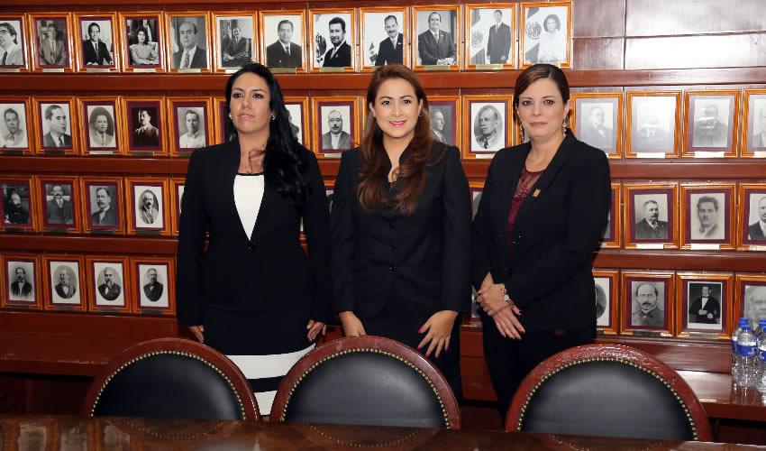 La contralora municipal, Leticia Fabiola Rangel Núñez; la alcaldesa electa, Teresa Jiménez Esquivel; y Ana Susana López de la Parra, presidenta de MEMAC (Foto: Eddylberto Luévano Santillán)