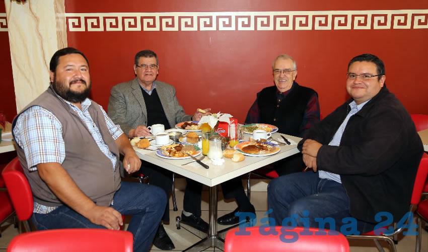 En el restaurante Mitla compartieron el primer alimento del día los abogados Cutberto Nájera Cisneros y Cutberto Nájera Castañeda; el contador público Juan José Hernández López y Cutberto Noe Nájera Cisneros