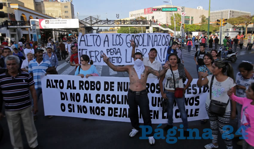 Basta de gasolinazos, robos en despoblado, cuyo principal autor es el presidente Enrique Peña Nieto, a quien exigieron dejar el cargo/Foto: Cuartoscuro