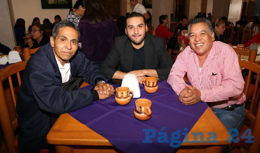 En La Mestiza almorzaron Raúl González Reyes, Aldo Ruiz Sánchez, presidente del Comité Ejecutivo Estatal de Morena; y Cuitláhuac Cardona Campos, representante de Morena ante el IEE